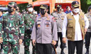 Panglima TNI dan Kapolri Sosialisasi Vaksin Keliling dan Serahkan Langsung Bansos ke Warga Jakarta