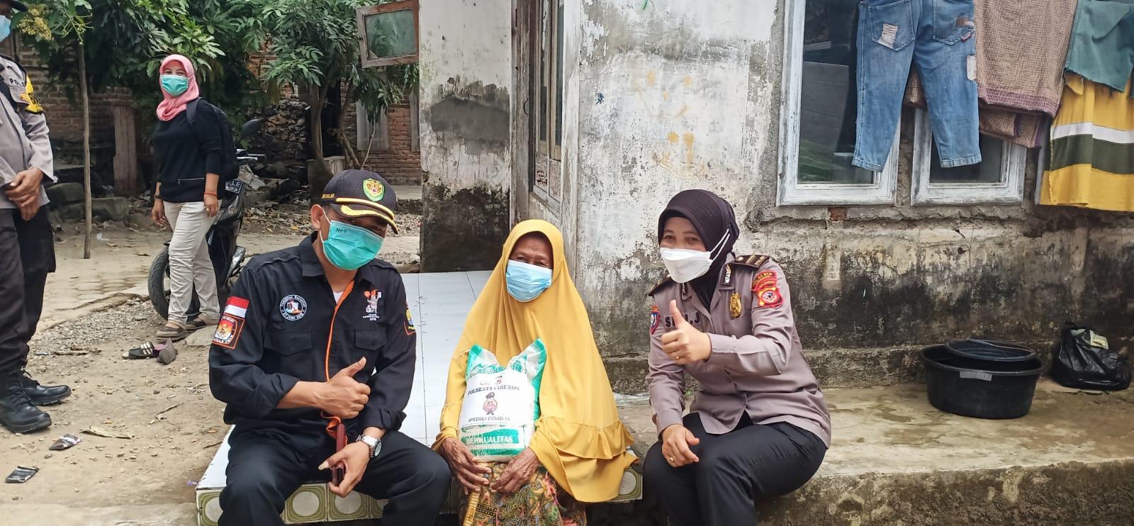Polresta Cirebon Salurkan Bantuan Beras Kepada Warga Slum Area Yang Terdampak PPKM Level 4
