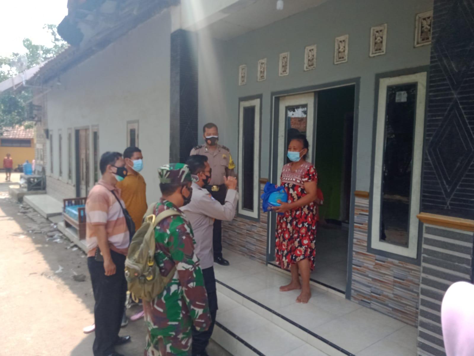Polsek Mundu Baksos Sembako Kepada Masyarakat dimasa PPKM level 4