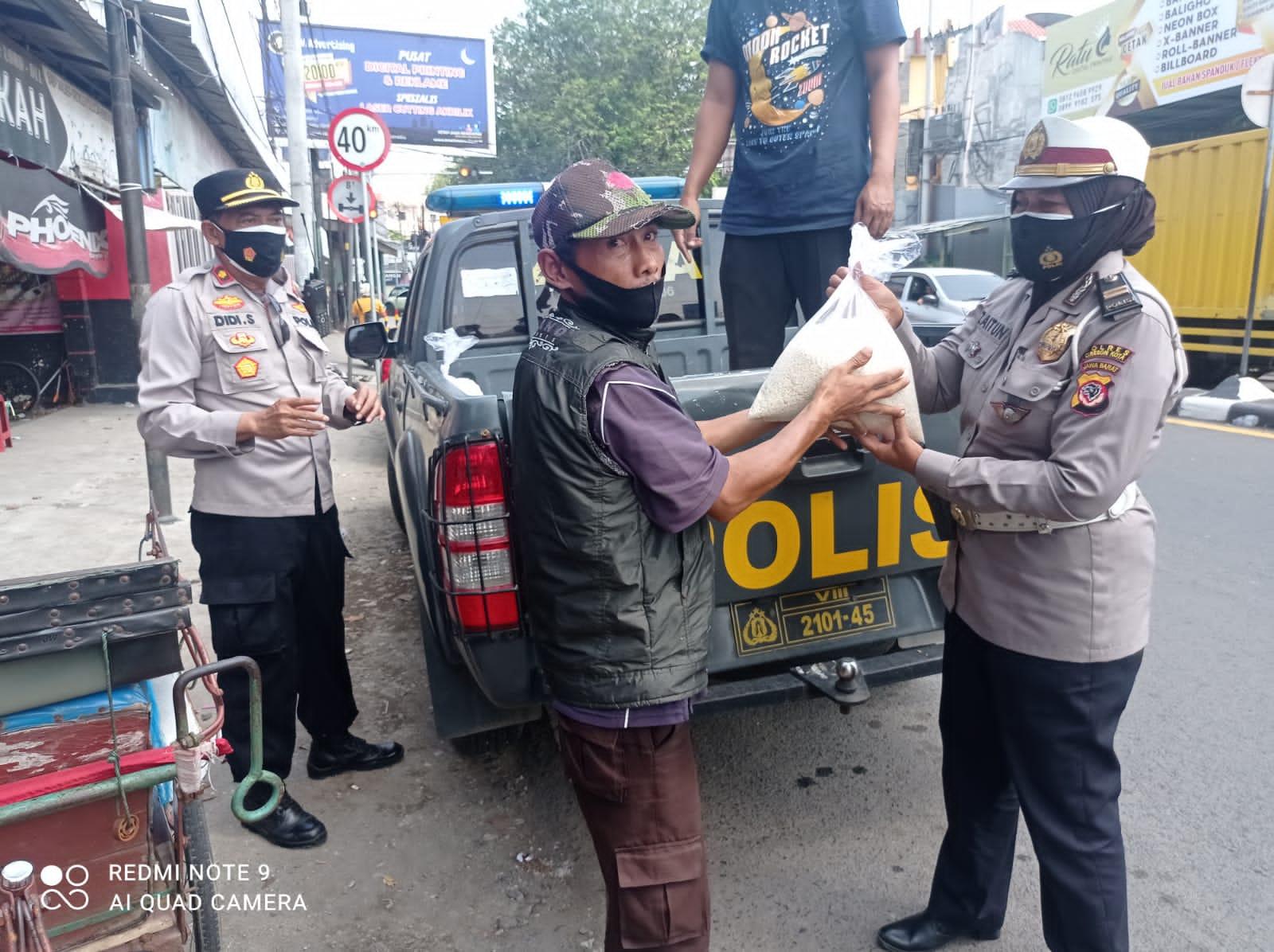 Kapolsek Seltim Polres Cirebon Kota Pimpin Bansos Sembako Ditengah PPKM Level 4