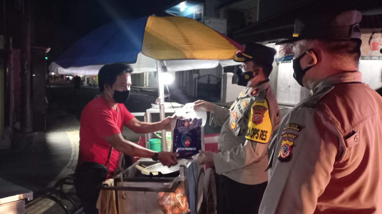 Patroli Skala Besar Gabungan TNI Polri di Majalengka Sambil Bagikan Bantuan Beras Kepada Pedagang Kaki Lima