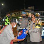 Patroli Skala Besar Gabungan TNI, Polri, dan Satpol PP Kabupaten Cirebon Bagikan Bantuan Beras Kepada Pedagang Kaki Lima