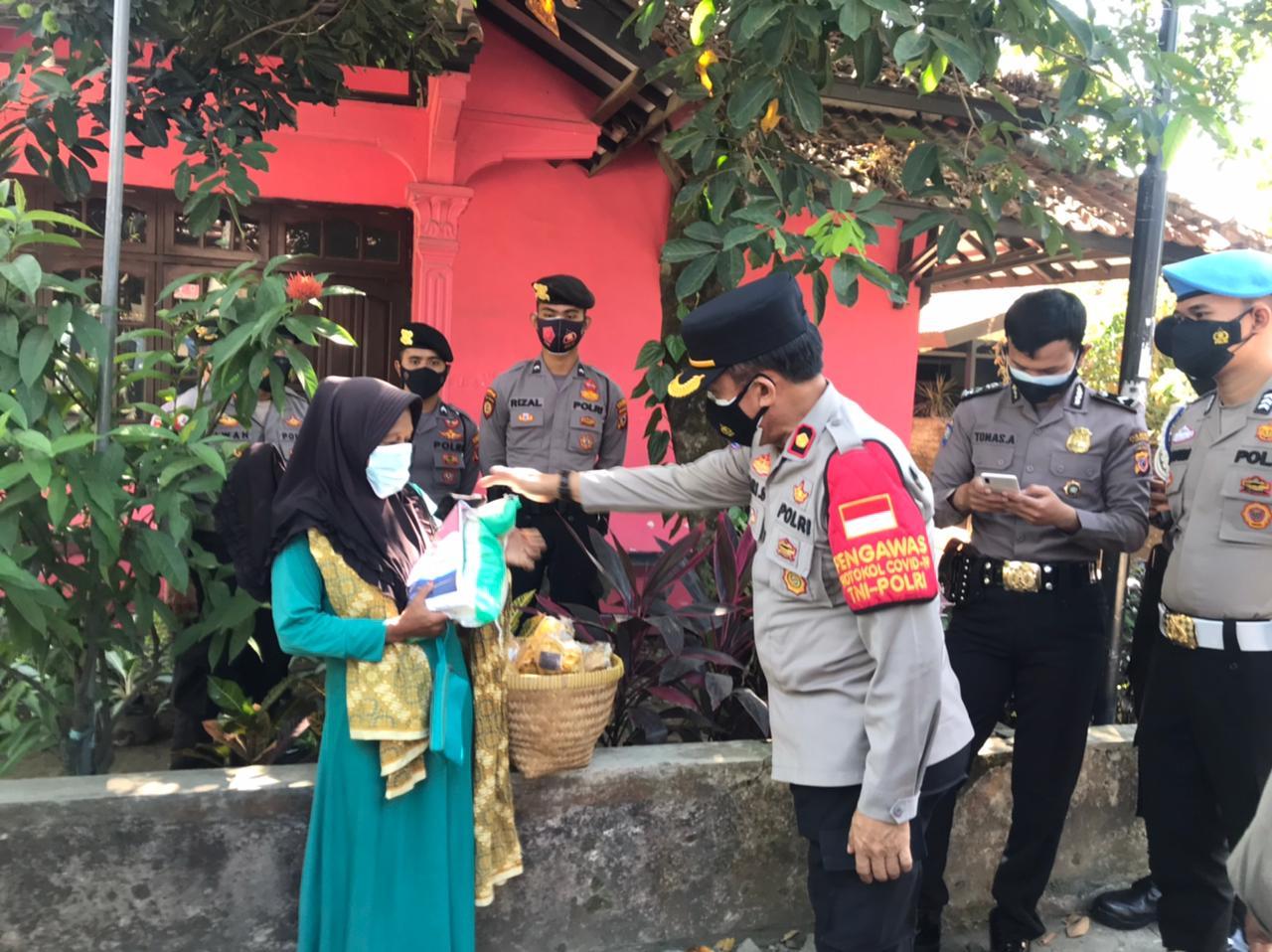 Peduli Warga Slum Area Terdampak PPKM Level 4, Polresta Cirebon Bagikan Bantuan Sosial