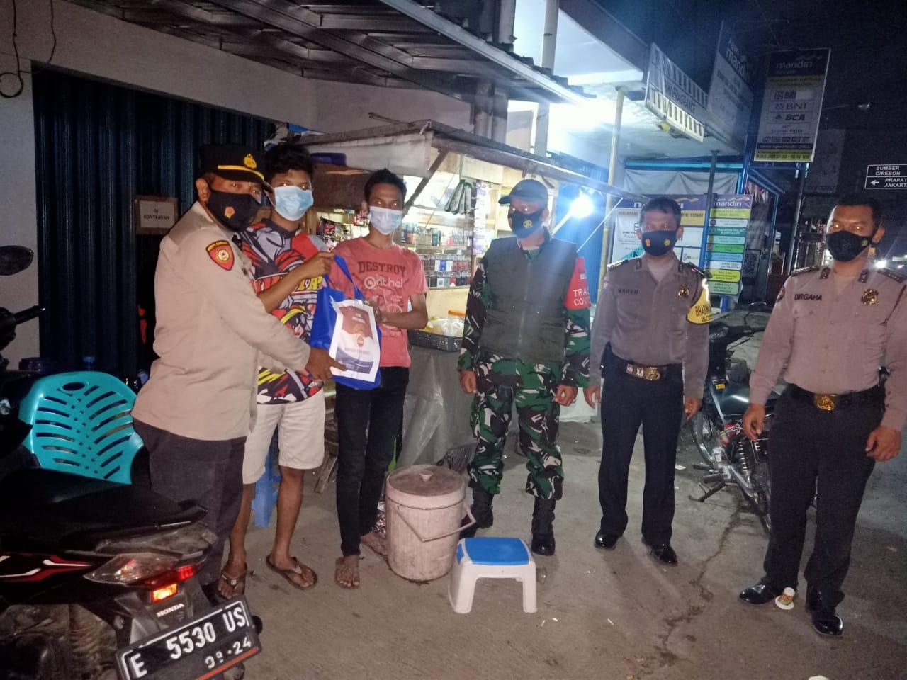 Polsek Rajagaluh Lakukan Patroli Malam dan Bagikan Sembako Kepada Pedagang