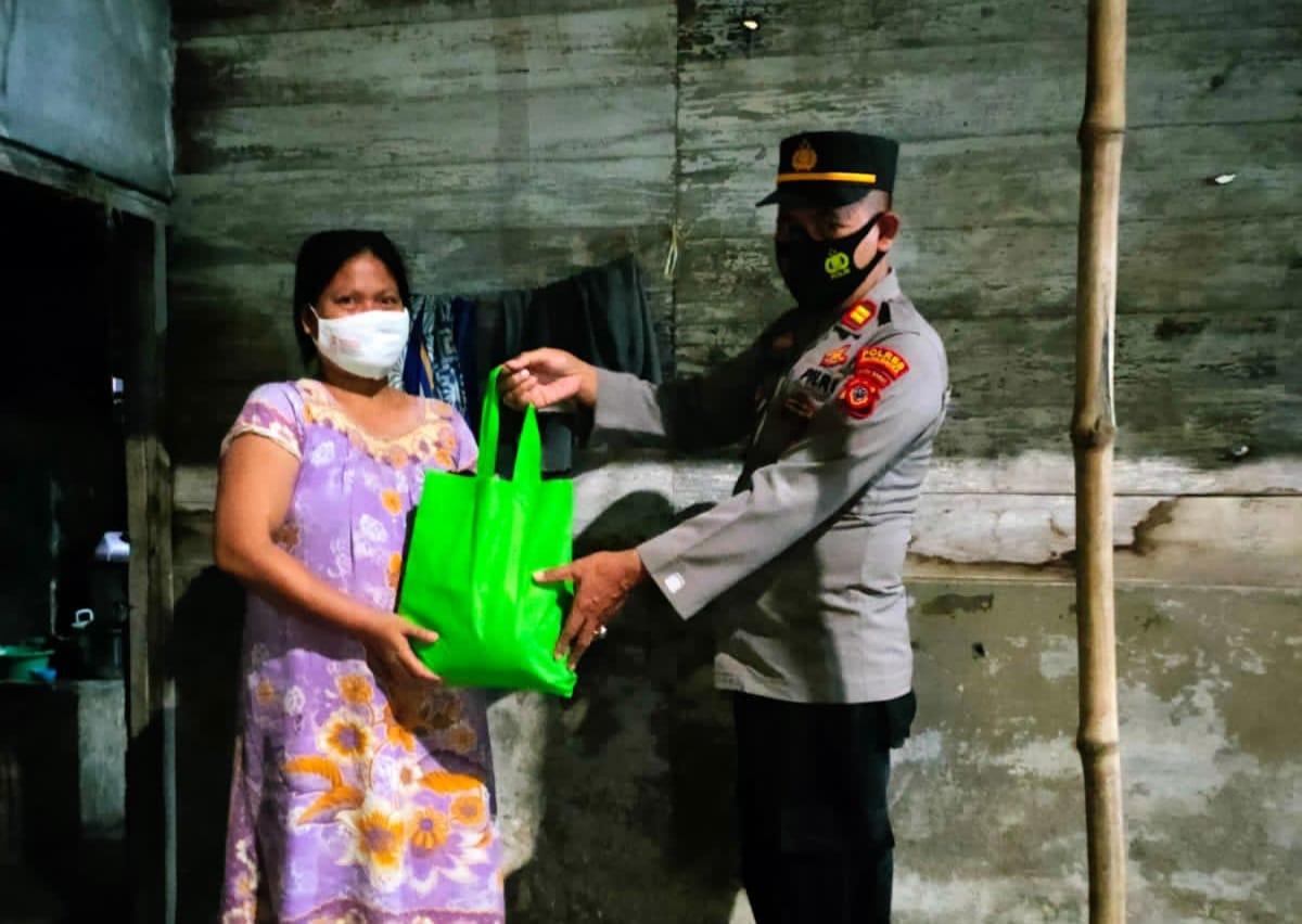 Sambil Patroli PPKM Darurat, Polsek Kertajati Bagikan Sembako Kepada Sejumlah Warga