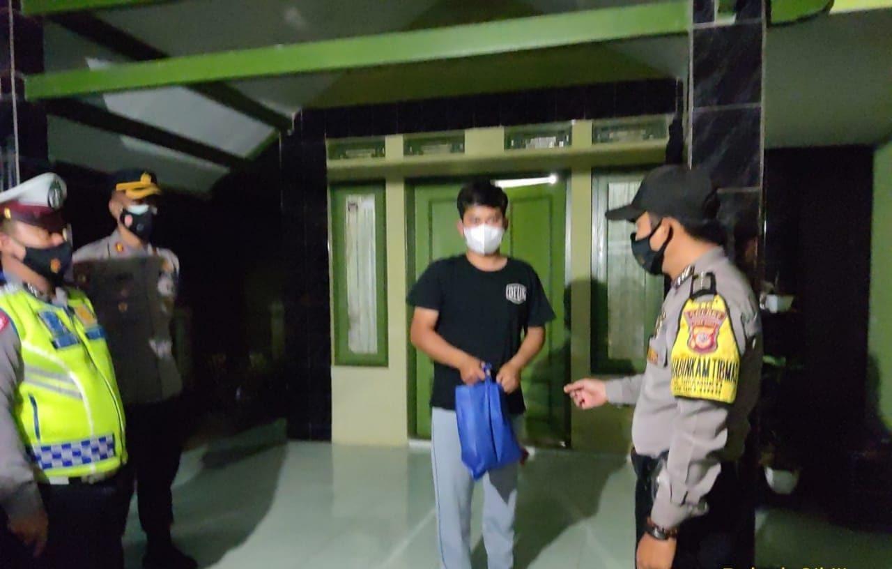 Patroli PPKM Darurat Level 4, Polsek Cikijing Bagikan Sembako Kepada Sejumlah Warga