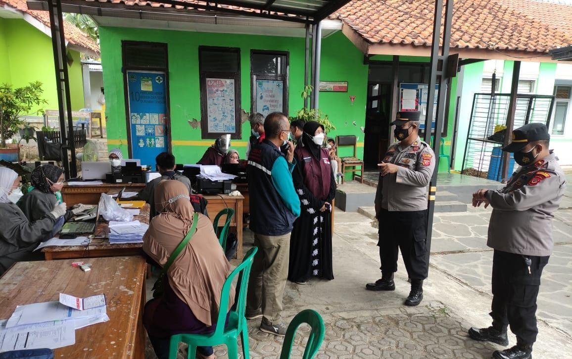 Kapolsek Sukahaji Beserta Anggota Pantau Vaksinasi di Gerai Vaksin Presisi Desa Salagedang