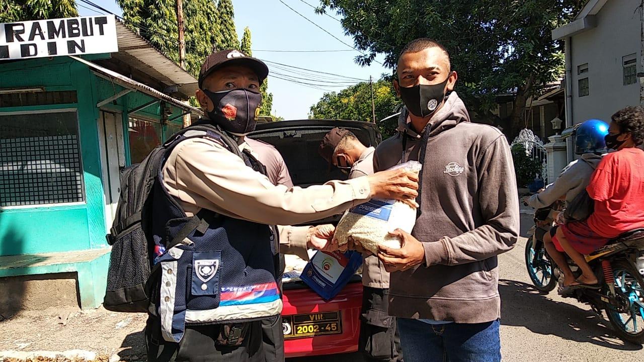 Polsek Utbar Himbau Dan Bagikan 29 Paket Sembako PPKM Level 4