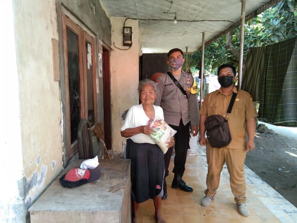 Warga Jompo Dapat Bantuan Sembako Polsek Gunung Jati Ditengah PPKM Level 4