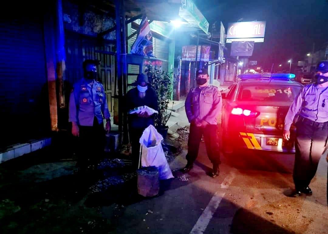 Polsek Kadipaten Lakukan Patroli Malam dan Bagikan Sembako Kepada Warga dan Pedagang