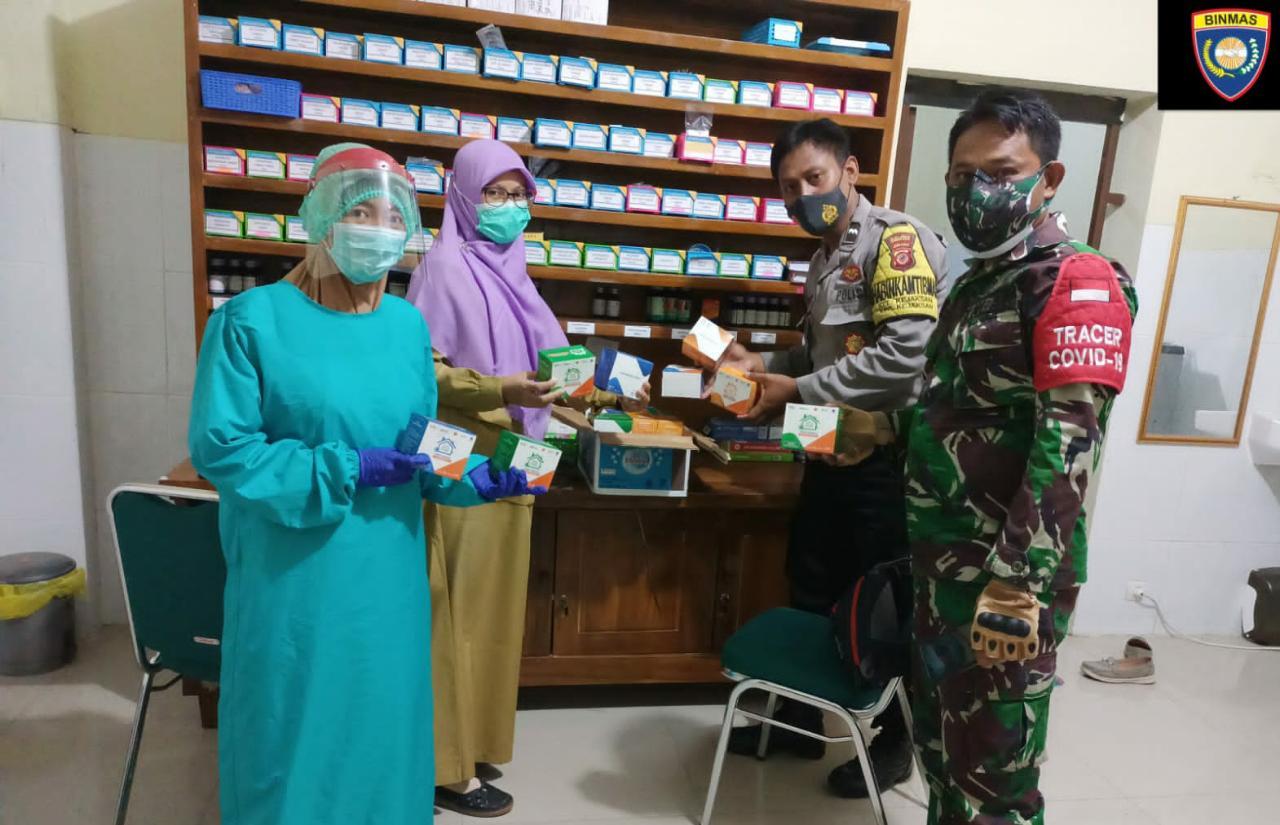 Bhabinkamtibmas Kejaksan Polsek Utbar Bersama Babinsa Bagikan Obat-obatan di masa PPKM level 4