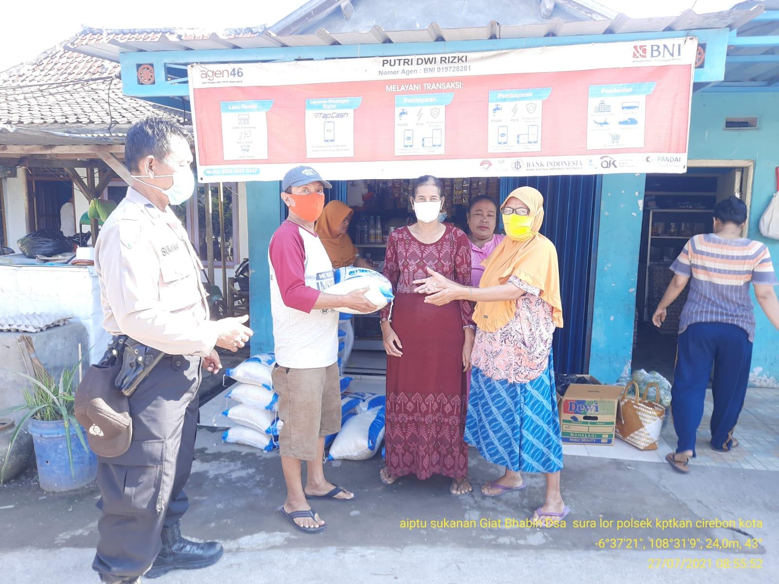 Bhabinkamtibmas Suranenggala Polres Ciko Kawal BPNT, Serta Monitoring Prokes 5M Dimasa PPKM level 4