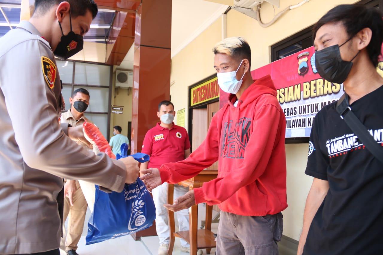 Kapolres Brebes Salurkan Sembako untuk Pekerja Seni di Brebes