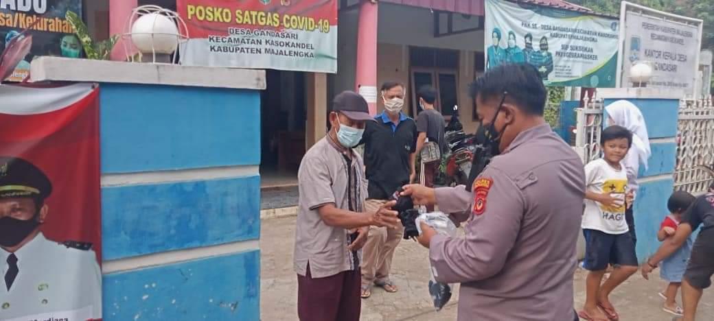 Edukasi Prokes Dalam Pelaksaaan PPKM Skala Mikro, Ops Yustisi Polsek Kasokandel Bagikan Masker ke Warga