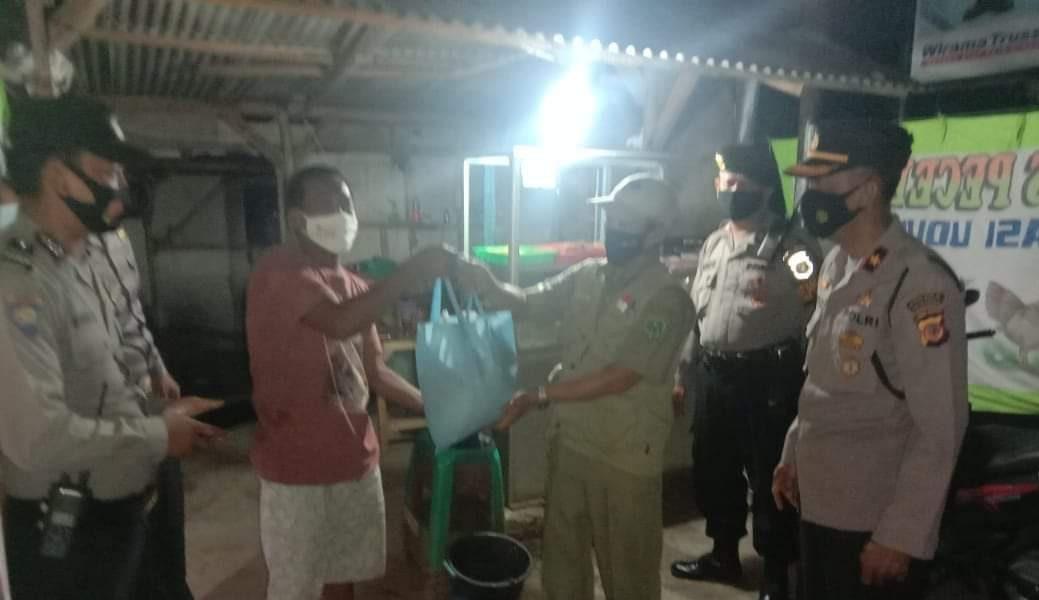 Patroli Skala Besar Malam Hari, Polsek Jatiwangi Bersama Muspika Dibarengi Bagi-Bagi Sembako