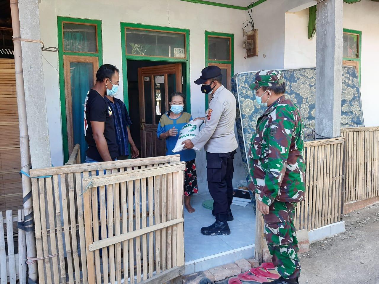 Bhabinkamtibmas Polsek Maja Bersama Babinsa Kawal Penyaluran BPNT Desa Nunuk