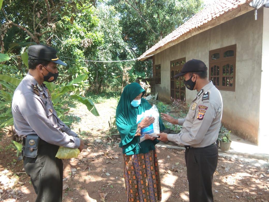 Polresta Cirebon Bagikan 200 Paket Beras Kepada Warga Desa Babakan Gebang dan Desa Babakan