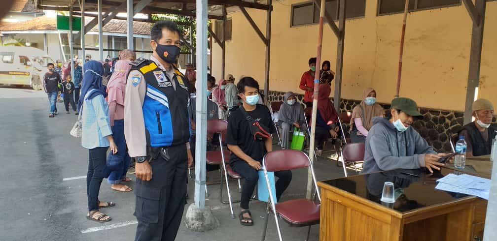 Aiptu Sugito Bhabinkamtibmas Kasepuhan Polsek Lemahwungkuk Polres Ciko Kawal BST Monitoring Prokes 5M