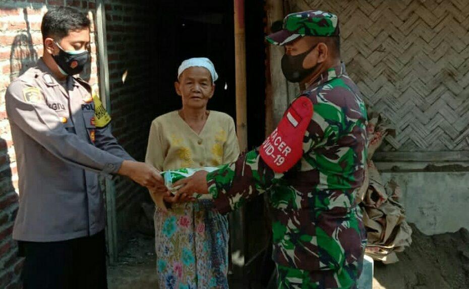 Babinsa Koramil 0620-04/Losari Distribusikan Paket Beras Bagi Warga Terdampak Pandemi Covid-19