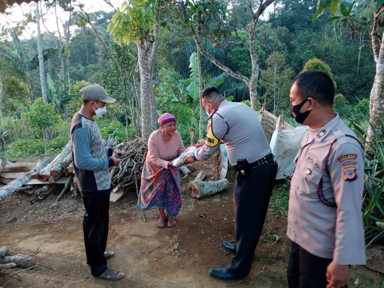 Sambangi Warga Jompo, Kanit Binmas Polsek Argapura Salurkan Bansos Pada Masa PPKM Darurat Level 4