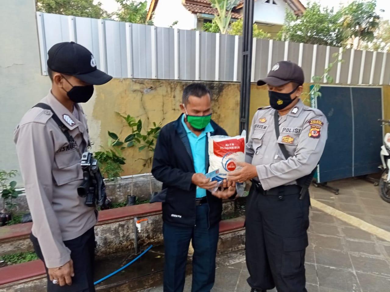 Peduli PPKM Darurat, Bhabinkamtibmas Polsek Malausma Salurkan Bansos Berupa Bersama Kepada Warga