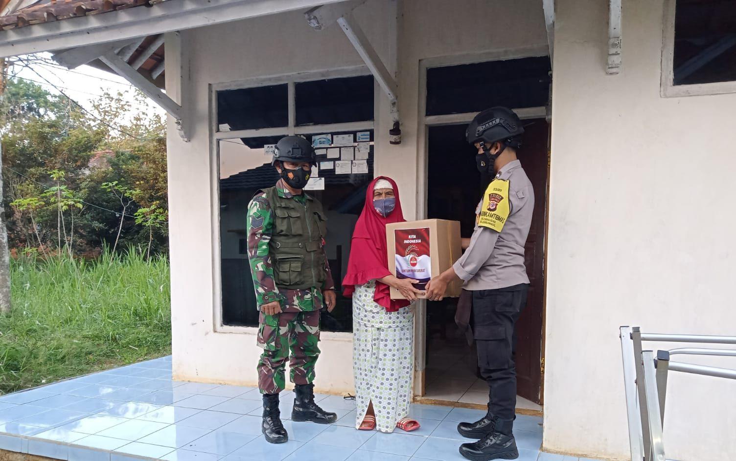 Jajaran Bhabinkamtibmas dan Babinsa Di Majalengka Salurkan Paket Sembako Pada Warga Terdampak Covid-19
