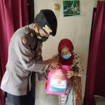 Kanit Samapta Polsek Cikijing Salurkan Bantuan Sembako Bagi Warga Terdampak Covid-19 Dimasa PPKM Darurat