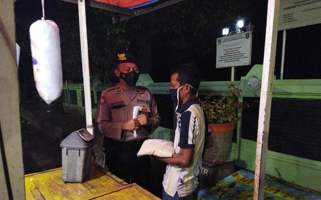 Patroli Polresta Cirebon Menyasar PKL, Diminta Patuhi PPKM Darurat dan Bagikan Bansos