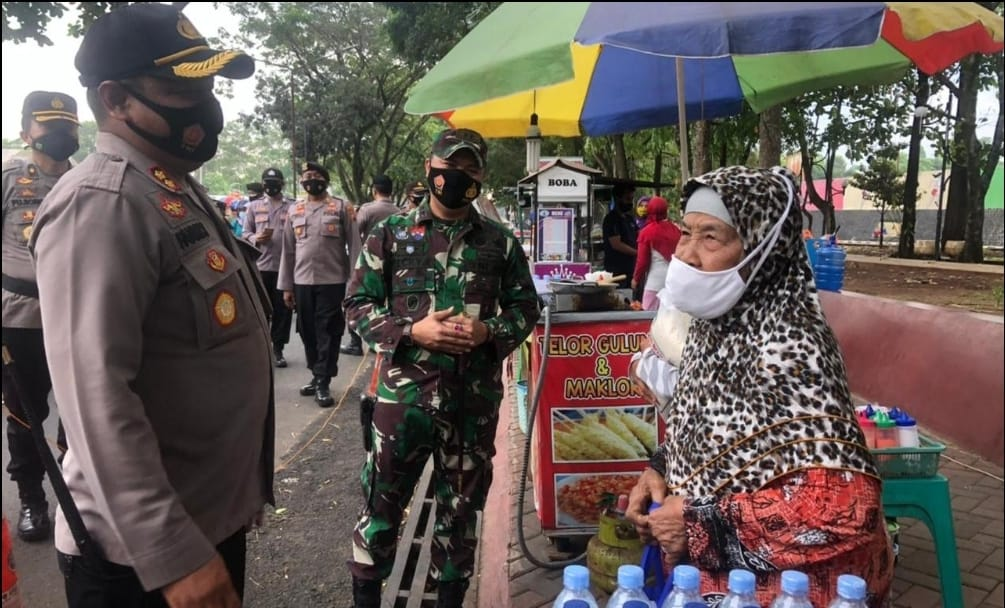 Peduli Sesama, Dandim Purbalingga dan Kapolres Salurkan Bantuan ke Pedagang PFC