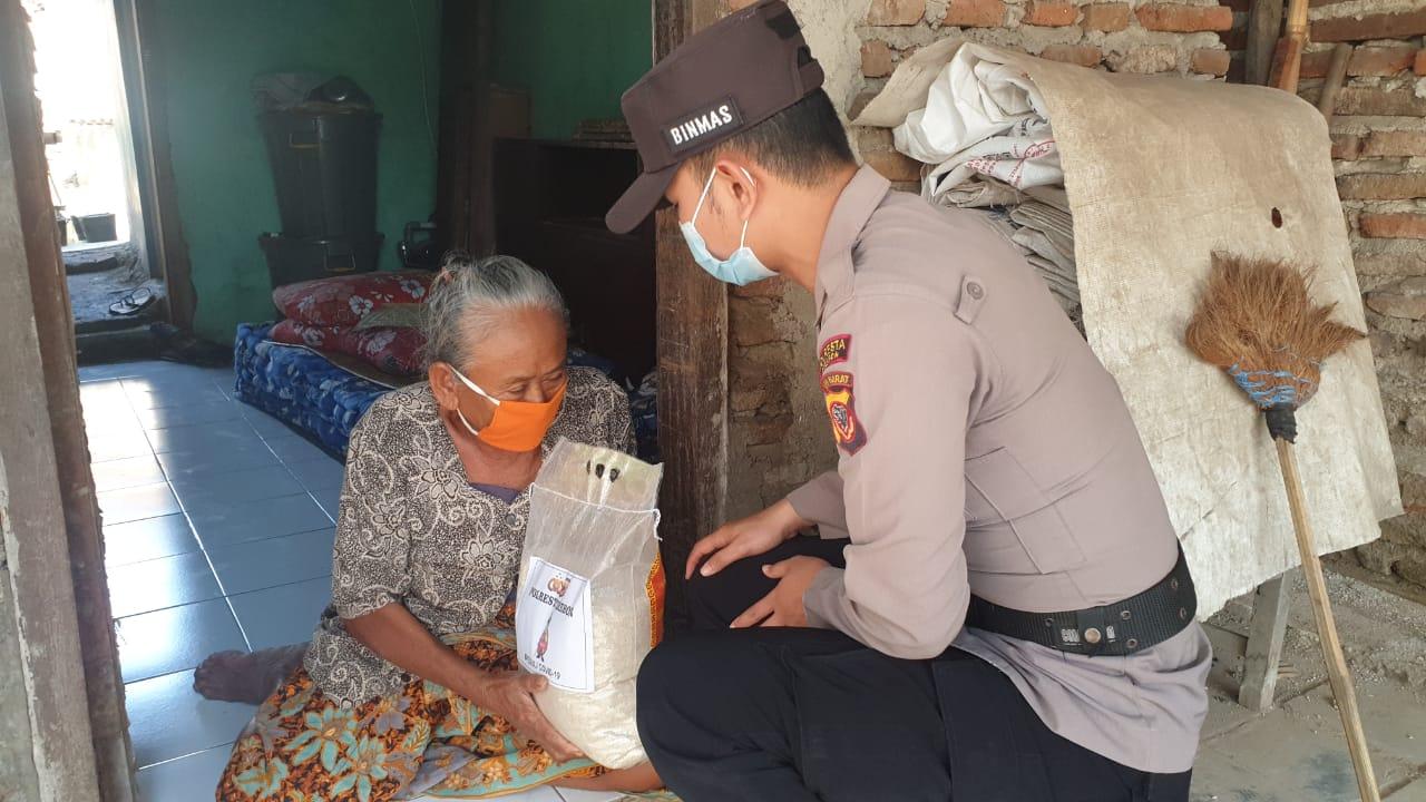 Peduli Warga Slum Area Yang Terdampak PPKM Darurat, Polresta Cirebon Berikan Bantuan Sosial