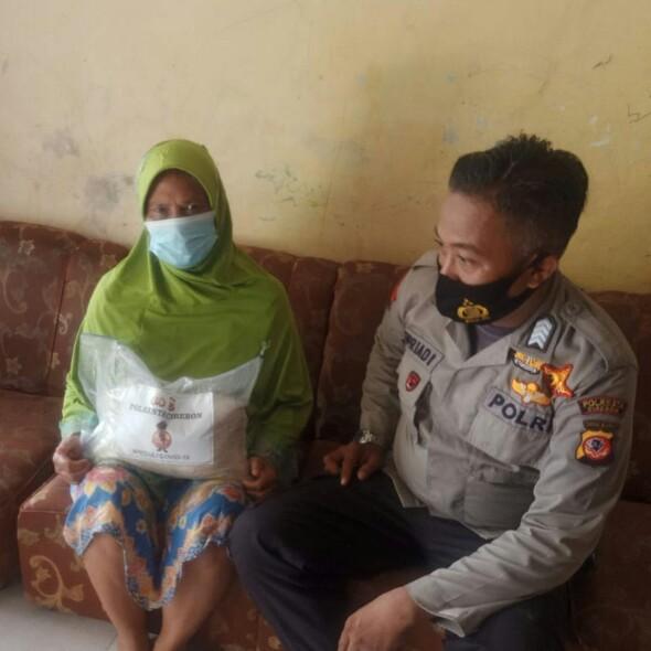 Polresta Cirebon Salurkan Beras Kepada Warga Desa Kamarang dan Desa Panambangan