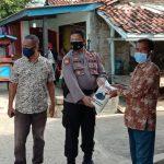 Polsek Ketanggungan Bagikan Sembako Kepada Warga Yang Menjalani Isoman Di Wilayahnya
