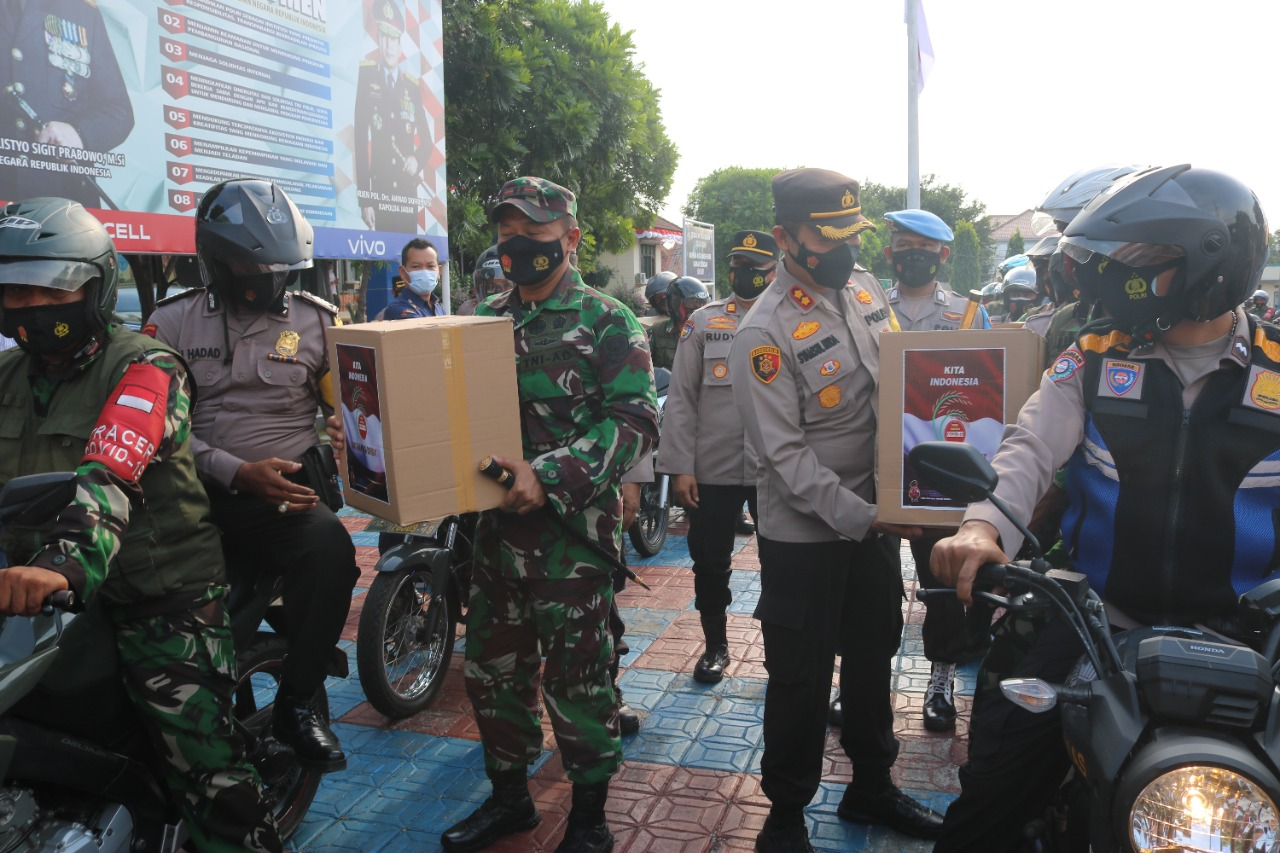 TNI Polri Mulai Salurkan Paket Sembako Kepada Warga Terdampak PPKM Darurat di Majalengka
