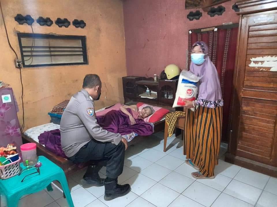 Bhabinkamtibmas Polsek Kasokandel Salurkan Bantuan Sosial Bagi Warga Jompo Yang Terdampak PPKM Darurat