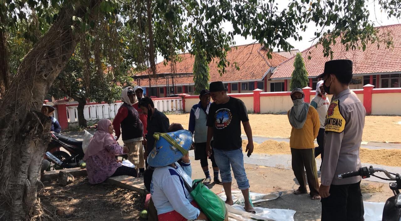Cegah Penyebaran Covid19, Patroli Bhabinkamtibmas Polsek Ligung Dengan Humanis Bubarkan Kerumunan Warga