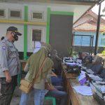 Kanit Binmas Polsek Sukahaji Bersama Bhabinkamtibmas Desa Babakan Manjeti Monitoring Vaksinasi
