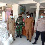 Bhabin Suranenggala Kulon Bersama Babinsa Kawal Ketat Penyaluran Bansos PPKM Level 4 Dengan Terapkan Prokes 5M