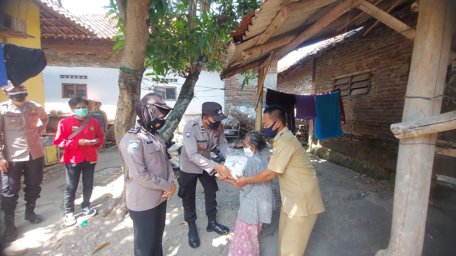 100 Paket Beras Kembali Dibagikan Polresta Cirebon Kepada Warga Desa Tegalkarang