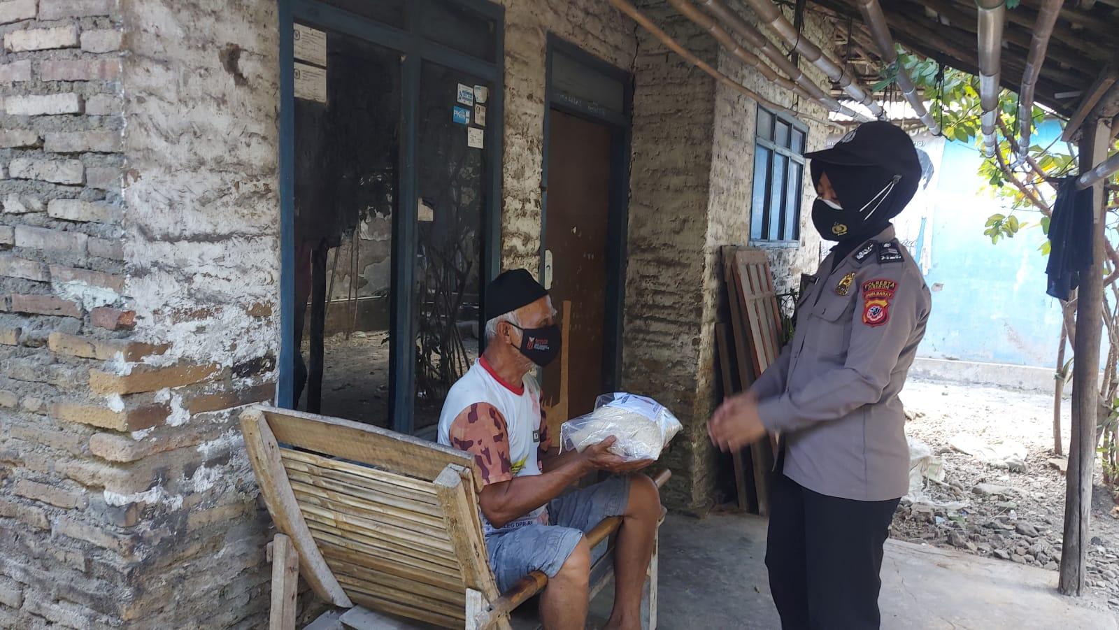 Polresta Cirebon Bagikan Sembako Kepada Warga Slum Area