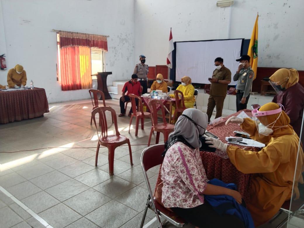 Bhabinkamtibmas Polsek Ligung Monitoring dan Amankan Kegiatan Vaksinasi Di Gerai Presisi Kecamatan Ligung