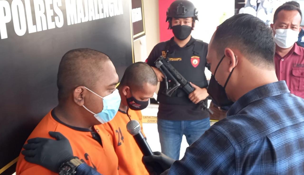 "Unit PPA Sat Reskrim Polres Majalengka Amankan 3 Pria Cabuli Gadis 15 Tahun MAJALENGKA - Seorang remaja 15 tahun di Kabupaten Majalengka, Jawa Barat, menjadi korban pemerkosaan tiga pemuda. Dia dicabuli setelah dicekoki dengan minuman keras (miras). Kapolres Majalengka, AKBP Syamsul Huda, melalui Kasat Reskrim, AKP Siswo DC Tarigan mengatakan, tiga cowok yang diduga mencabuli korban masing masing berinisial RFS (16), SH (20) dan MK (27). Dari ketiga pelaku tersebut, bahkan satu orang diantaranya RF masih berstatus pelajar dan tidak dihadirkan saat ekspos, Rabu (4/8/2021). Mereka merupakan warga Kecamatan Kadipaten, Kabupaten Majalengka. ""Aksi pencabulan yang dilakukan oleh para pelaku terhadap korban terjadi pada 29 Juli 2021, sekira pukul 01.00 WIB. Motifnya adalah untuk melampiaskan hasrat seksual para pelaku usai menenggak miras,"" ungkap AKP Siswo DC Tarigan. Awalnya, kata AKP Siswo, pelaku berinisial RFS mengajak korban menemui dua pelaku lainnya berinisial SH dan MK. Kemudian korban diajak ke sebuah warung di daerah Tomo, Kabupaten Sumedang, untuk membeli minuman beralkohol tersebut. Selanjutnya, para pelaku berpesta miras. Mereka juga mencekoki korban dengan minuman keras, hingga bocah itu setengah sadarkan diri, pelaku kemudian membawa korban ke sebuah kosan yang berada di Jalan Pemuda, Kecamatan Majalengka, Kabupaten Majalengka. ""Dia (korban) dicabuli dan disetubuhi di tempat itu secara bergiliran oleh ketiga pelaku tersebut,"" ujarnya. Kasat reskrim menyebutkan, saat ini Unit PPA Sat Reskrim Polres Majalengka telah mengamankan ketiga pelaku berikut sejumlah barang bukti dalam kasus itu. Akibat perbuatannya, ketiga pelaku akan dijerat pasal 81 UU RI No 17 tahun 2016 tentang perubahan kedua atas UU RI No 23 tahun 2002, tentang perlindungan anak. ""Ancamannya hukuman penjara paling singkat 5 tahun dan paling lama 15 tahun penjara,"" tegas Kasat Reskrim Polres Majalengka."