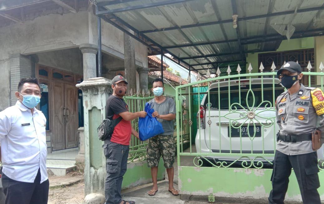 Hari Pertama Tugas, Bhabinkamtibmas Desa Matangaji Polsek Sumber Beserta Pemdes Berikan Bantuan Bagi Warga Isoman