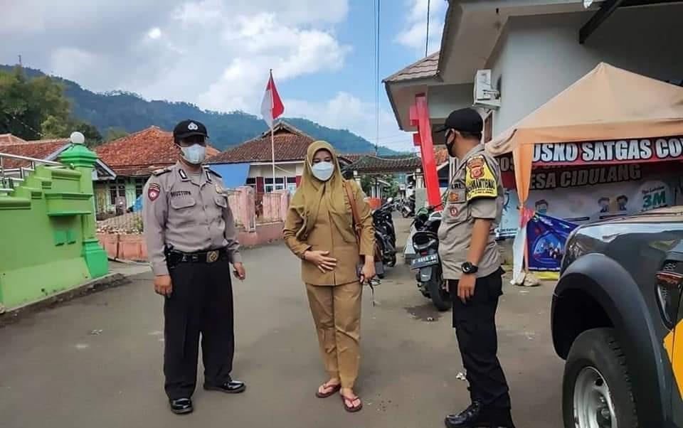 Bhabinkamtibmas Polsek Cikijing Gelar Ops Yustisi Dengan Memberikan Himbauan Tetap Patuhi Prokes Dimasa PPKM Mikro