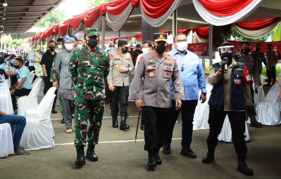 Panglima TNI dan Kapolri Tinjau Pelaksanaan Vaksinasi di PT. Kahatex Bandung