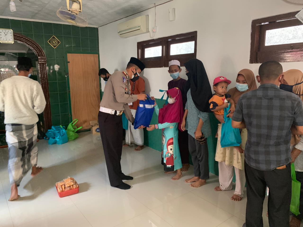 Kasat Lantas Polres Ciko Berikan Bantuan dan Buku-buku Agama Ditengah PPKM Level 4