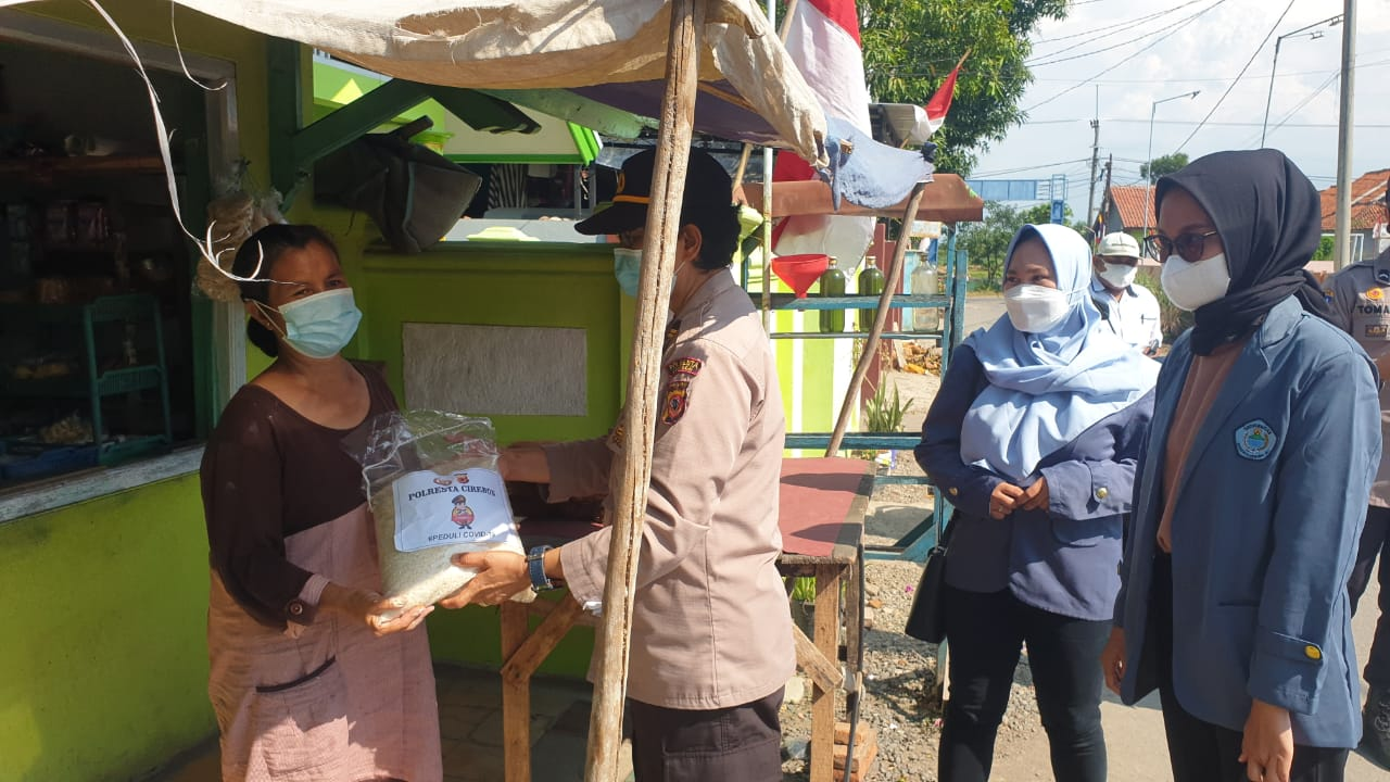 200 Paket Beras Dibagikan Polresta Cirebon Untuk Warga Desa Babakan Gebang dan Desa Babakan