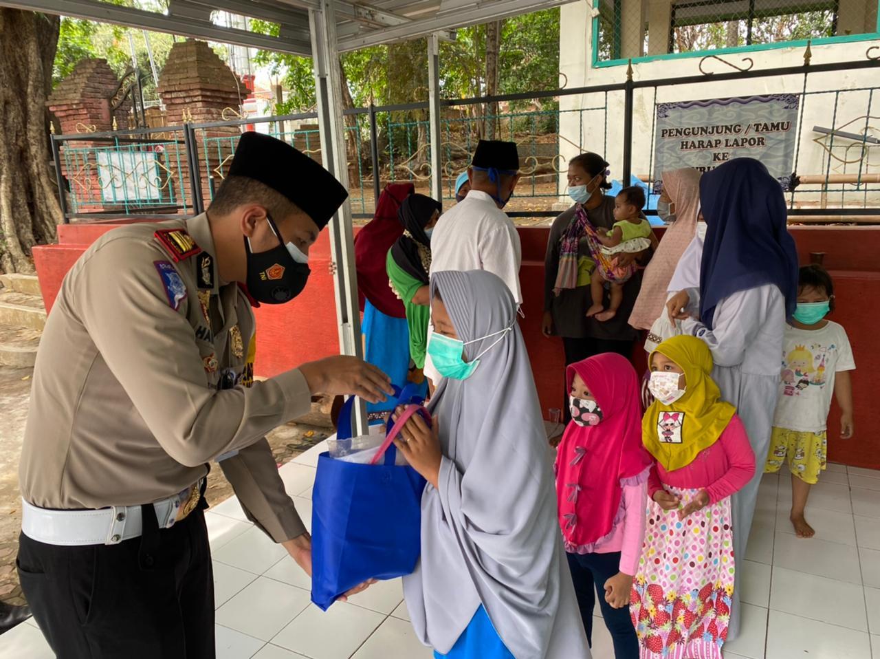 Musholla Makam Pangeran Suryanegara Dapat Bantuan Dari Kasat Lantas Polres Ciko