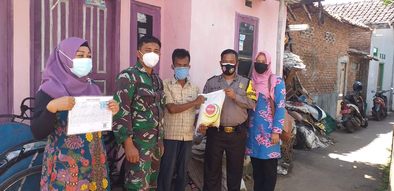 Kapolsek Seltim Bersama Bhabinkamtibmas Turun Langsung Bansos Sembako Untuk Warga Ditengah PPKM Level 4