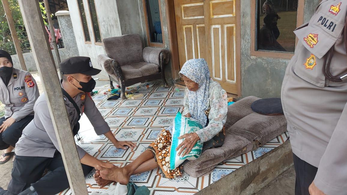 Kali Ini Bantuan Sosial Polresta Cirebon Menyasar ke Warga Slum Area Desa Semplo dan Desa Cilukrak