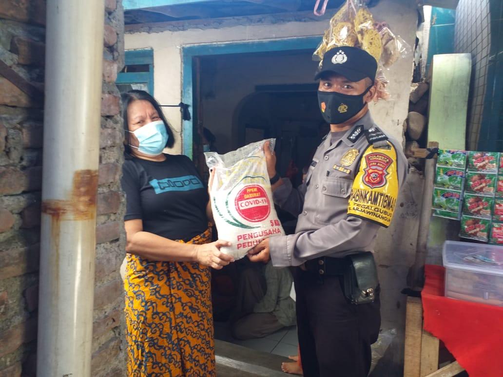Bantuan Beras Polresta Cirebon Sasar Warga Slum Area Desa Junjang dan Desa Tegalgubug